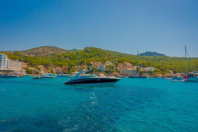 SANT-ALM, MAJORCA, SPANIEN - AUGUSTI 18 2017: Trevligt fartyg i den Sant almen, i ett härlig blått vatten och himmel i Majorca, S royaltyfri foto