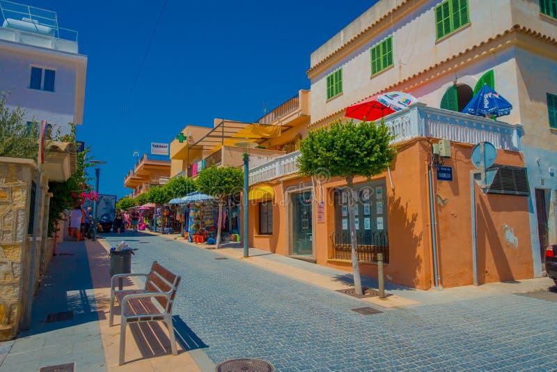 SANT-ALM, MALLORCA, SPANIEN - AUGUSTI 18 2017: Sant almstad, pittoresk shoppinggata i lilla staden av San Telmo arkivfoton