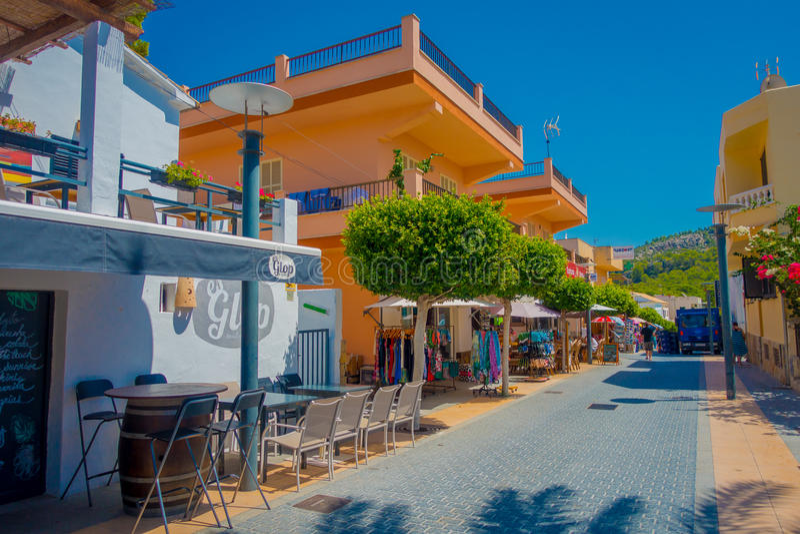 SANT-ALM, MALLORCA, SPANIEN - AUGUSTI 18 2017: Sant almstad, pittoresk shoppinggata i lilla staden av San Telmo royaltyfri foto