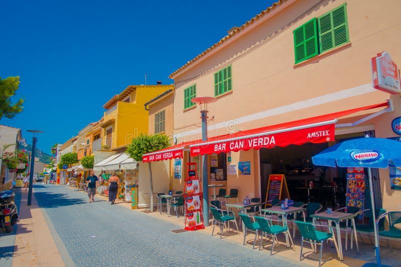 SANT-ALM, MALLORCA, SPANIEN - AUGUSTI 18 2017: Sant almstad, pittoresk shoppinggata i lilla staden av San Telmo royaltyfria bilder