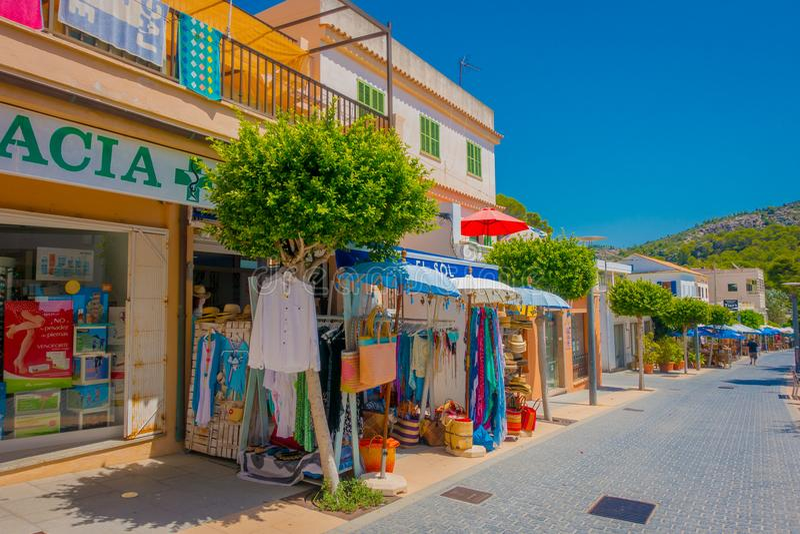 SANT-ALM, MALLORCA, SPANIEN - AUGUSTI 18 2017: Sant almstad, pittoresk shoppinggata i lilla staden av San Telmo royaltyfria foton