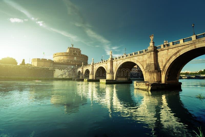 Sant Angelo Castle och bro i solnedgångtid, Rome arkivbilder