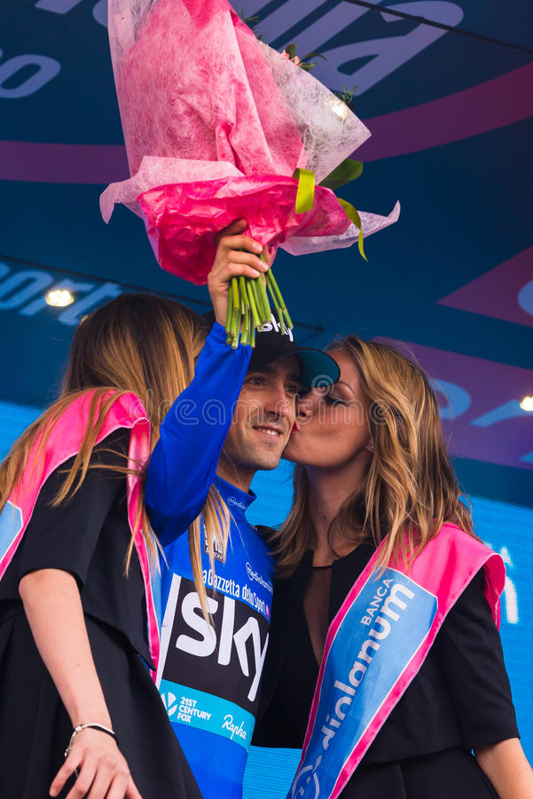 Sant Anna, Italië 28 Mei, 2016; Mikel Nieve, hemelteam, in blauw Jersey op het podium na het winnen van de classificatie van best stock fotografie