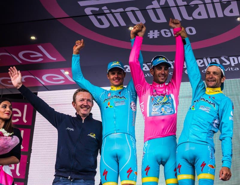 Sant Anna, Italië 28 Mei, 2016; Sommige Ruiters van Astana-team op het podium na het winnen van de toekenning voor beste team royalty-vrije stock foto's