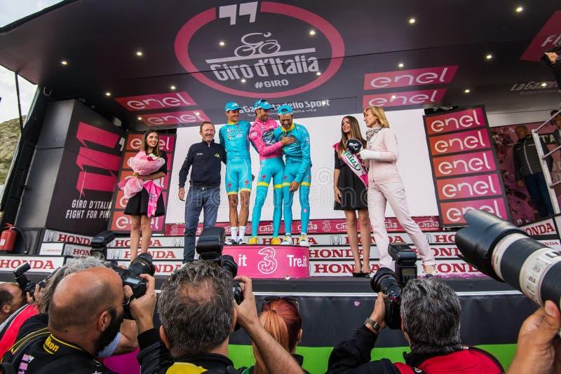 Sant Anna, Italië 28 Mei, 2016; Sommige Ruiters van Astana-team op het podium na het winnen van de toekenning voor beste team royalty-vrije stock afbeeldingen