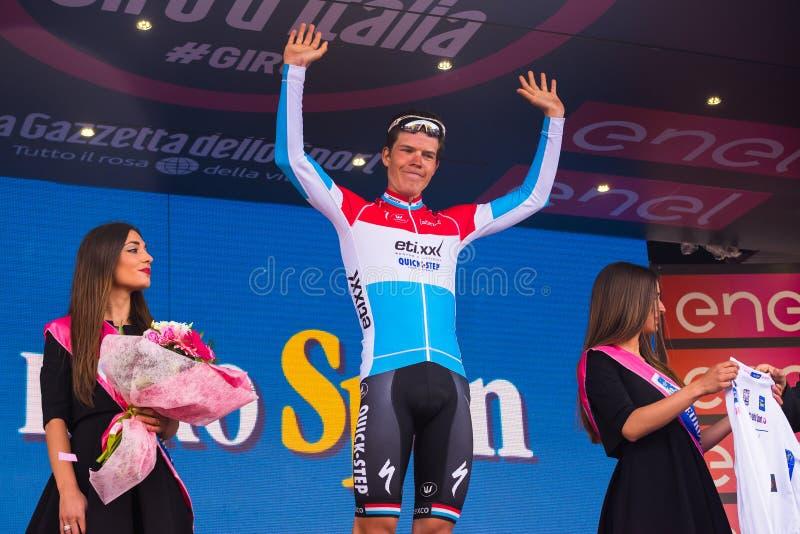 Sant Anna, Italie le 28 mai 2016 ; Bob Jungels, équipe rapide d'étape d'Etixx, dans le débardeur blanc sur le podium après gain d photo libre de droits