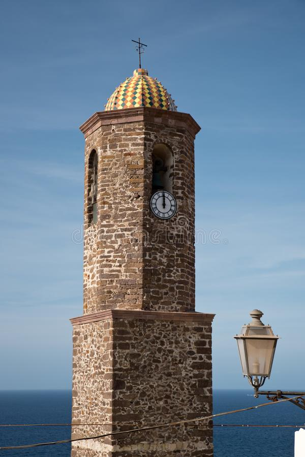 Sant Antonio reduce el campanario de la iglesia en Castelsardo foto de archivo libre de regalías