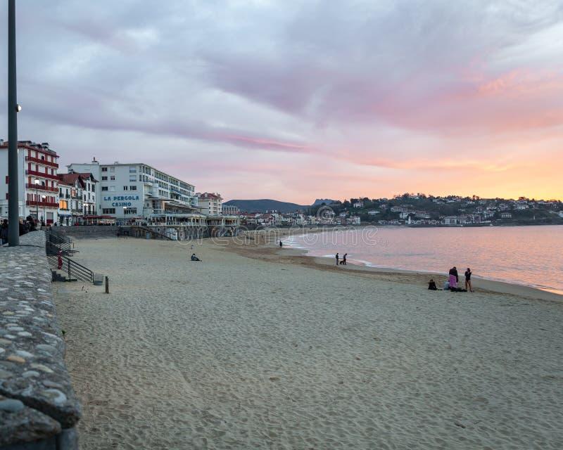 Sant Joan de Luz, Francia: Pueblo pintoresco en el Océano Atlántico, en el Golfo de Biscaya El puerto pasado de Aquitania antes d foto de archivo