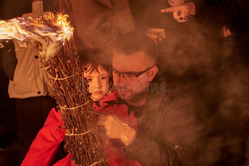 Sant Julià de Cerdanyola, España - 24 de diciembre de 2018: niña con su padre en faia de la FIA imágenes de archivo libres de regalías