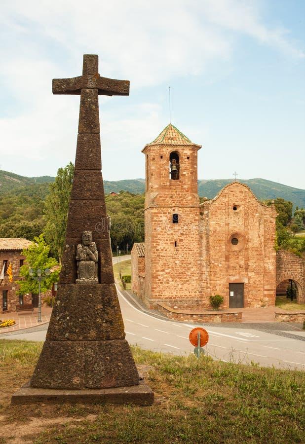 Sant Marti del Brull romańszczyzny krzyż i kościół zdjęcie stock