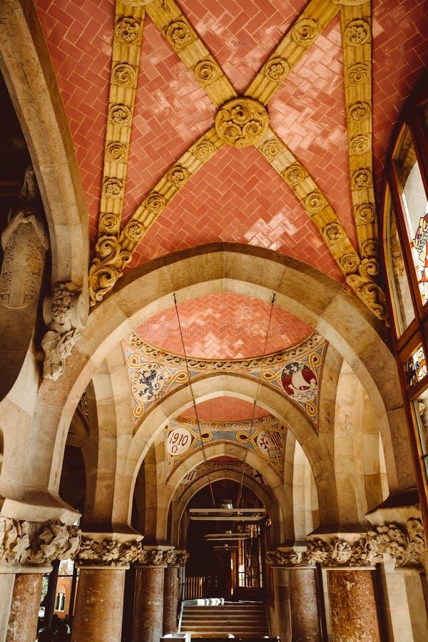 Sant Pau ziekenhuis-Barcelona-Cataloni?, Gebrandschilderd glasplafond, binnenlands van het Ziekenhuisde La Santa Creu i Sant Pau stock foto