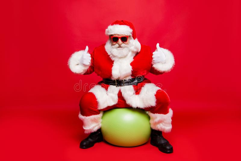Santa à moda positiva alegre engraçada em macio branco dos monóculos imagens de stock royalty free