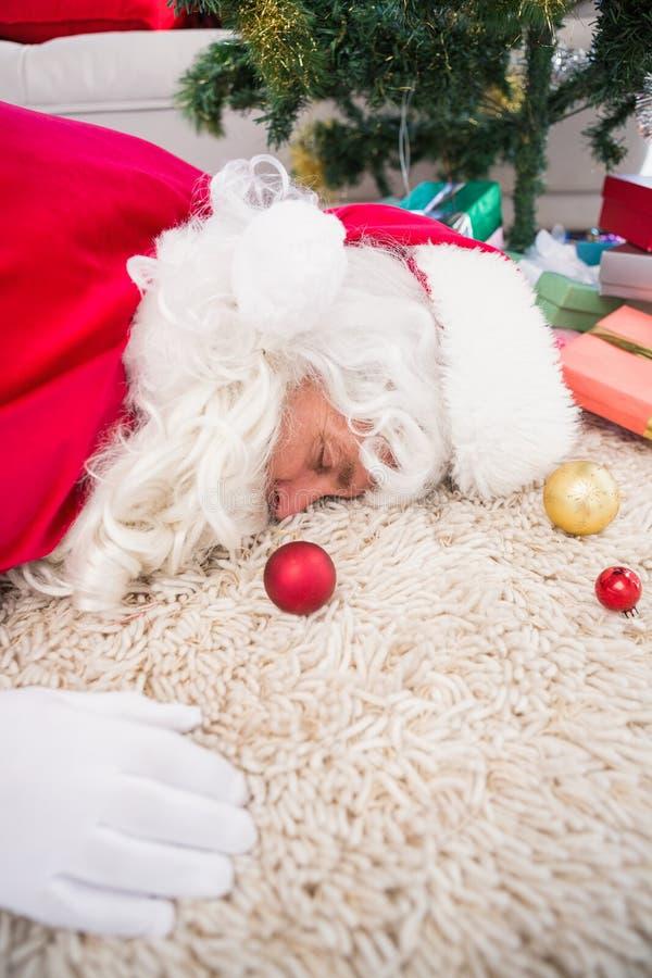 Santa épuisée dormant sur la couverture images libres de droits