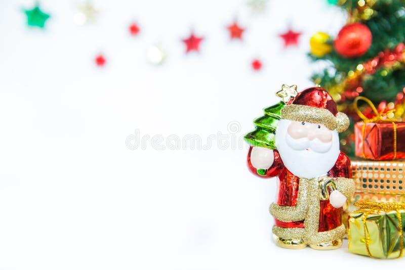 Santa κιβωτίων δώρων και διακόσμηση παιχνιδιών χριστουγεννιάτικων δέντρων ή νέο έτος ομο στοκ εικόνα