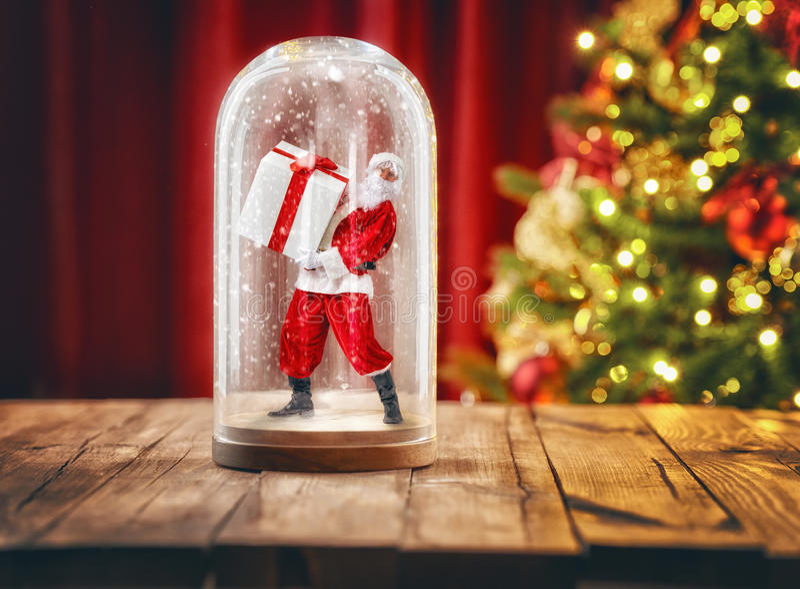 Santa μέσα σε μια σφαίρα χιονιού Χριστουγέννων στοκ εικόνες