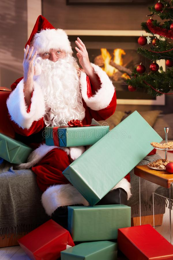 Santa που φαίνεται χαμένο έχοντας πάρα πολλή εργασία στοκ φωτογραφίες