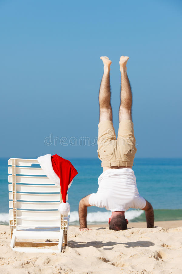 Santa στην παραλία στοκ φωτογραφίες με δικαίωμα ελεύθερης χρήσης