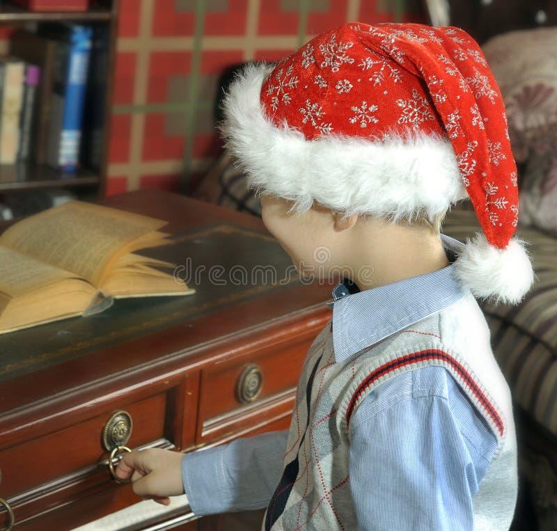Santa abre uma tabela da gaveta foto de stock