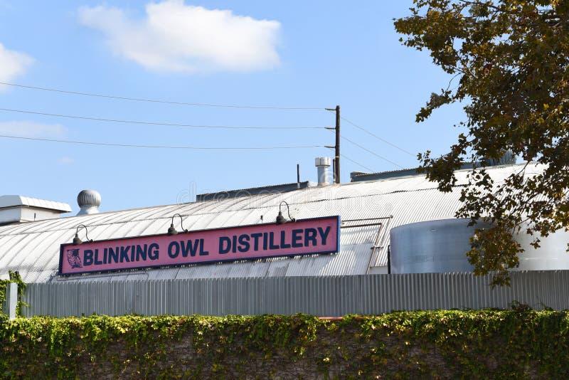 SANTA ANA, The Blinking Owl Distillery, sign and building, is de allereerste ambachtelijke distilleerderij in Orange royalty-vrije stock afbeeldingen