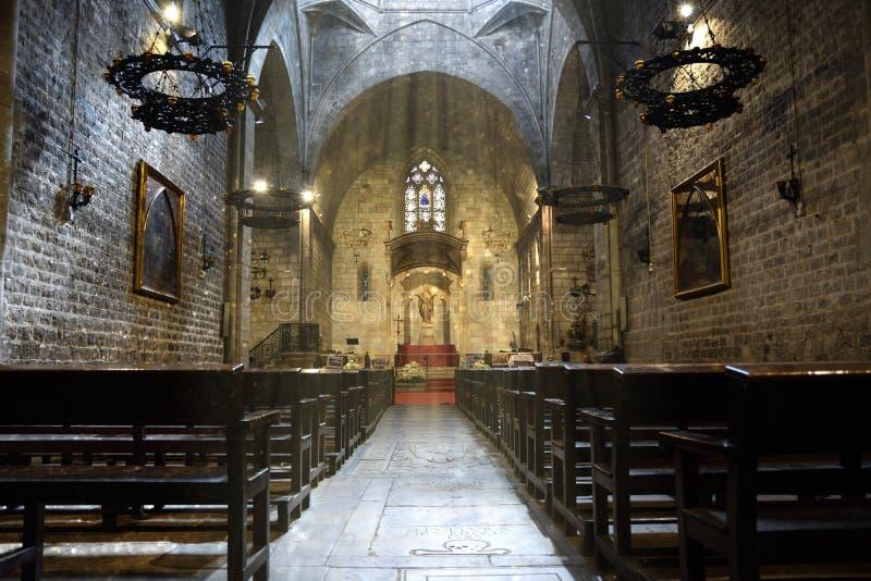 Santa Ana Church à Barcelone Bancs bas-côté et rayons du soleil l'espace vide de copie photos libres de droits