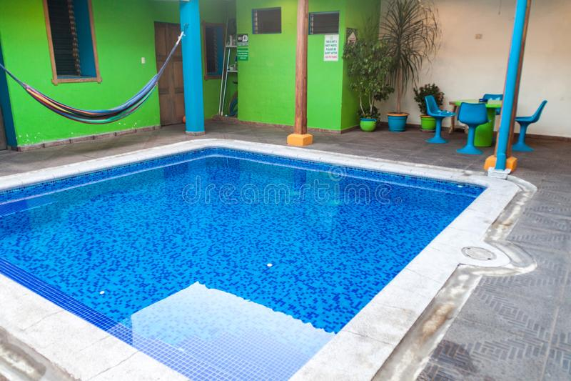 SANTA ANA, SALVADOR - 4 AVRIL 2016 : Petite piscine dans la pension de Verde de maison en Santa Ana CIT images libres de droits