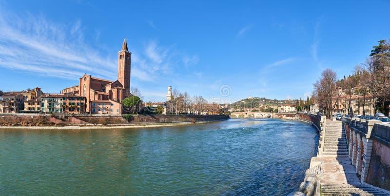 Santa Anastasia und Ponte Pietra stockfotografie