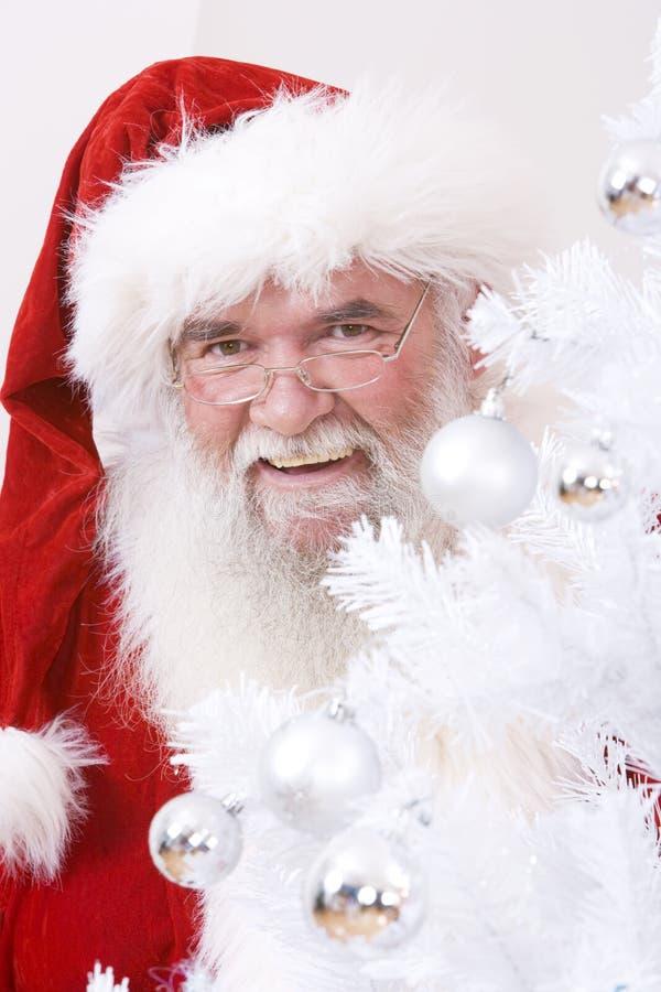 Santa atrás da árvore fotos de stock