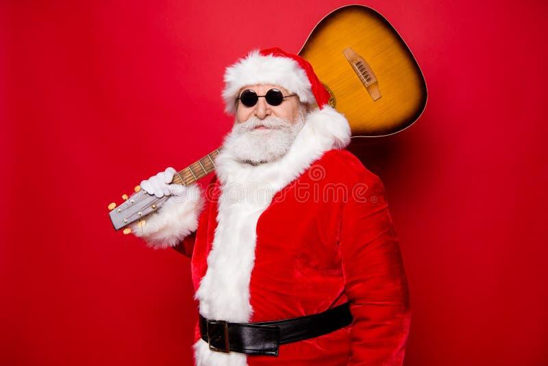 Santa atrativa bonita considerável no spectacl das luvas do inverno imagem de stock