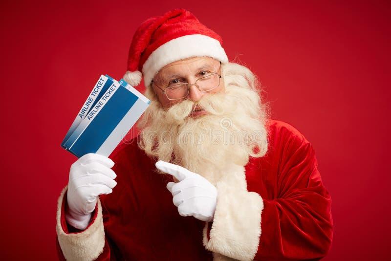 Santa avec des billets d'avion photo stock