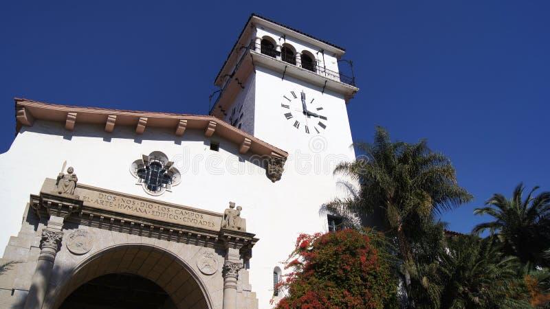 SANTA BARBARA, CALIFÓRNIA, EUA - 8 de outubro de 2014: O tribunal do condado histórico em CA do sul ensolarado foto de stock
