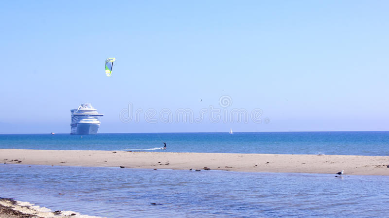 SANTA BARBARA, CALIFÓRNIA, EUA - 8 de outubro de 2014: praia de Leadbetter da cidade com um forro do cruzeiro imagens de stock