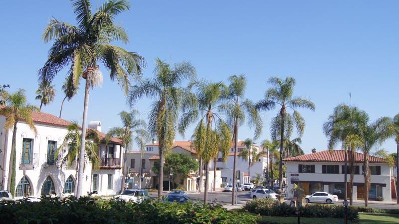 SANTA BARBARA, CALIFORNIA, los E.E.U.U. - 8 de octubre de 2014: Tribunal del condado histórico en CA meridional soleado fotografía de archivo