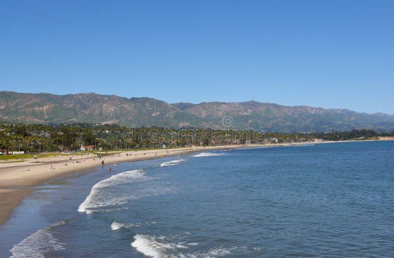 Santa Barbara Coastline met Sant Ynez Mountains op de achtergrond stock afbeelding