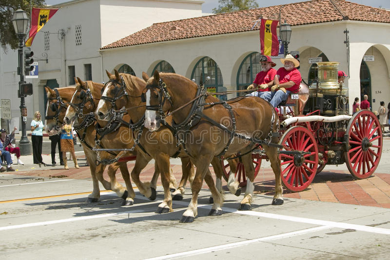 Santa Barbara Fire Department som drar den gamla brandmotorn under invigningsdag, ståtar ner State Street, Santa Barbara, CA, gam royaltyfria foton
