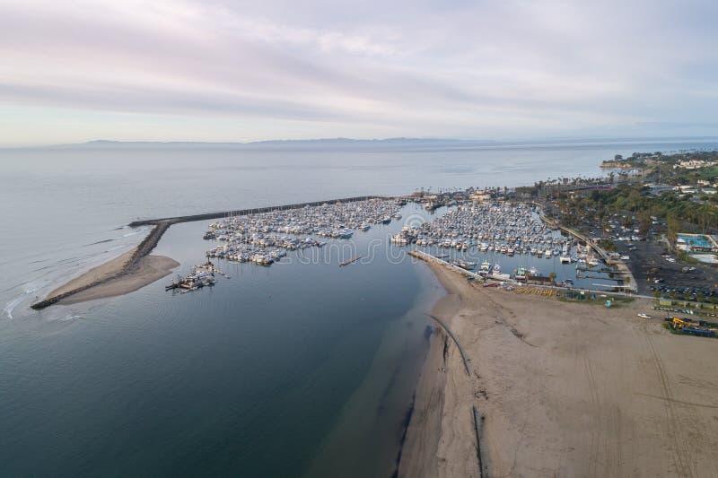 Santa Barbara Harbor och punkt Castillo i bakgrund arkivbild