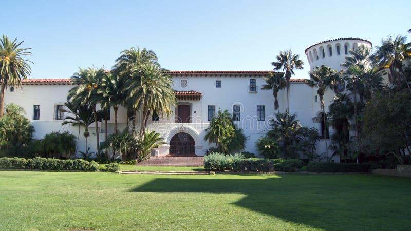 SANTA BARBARA, KALIFORNIA, usa - OCT 8th, 2014: Historyczny okręgu administracyjnego gmach sądu w pogodnym południowym CA zdjęcie stock