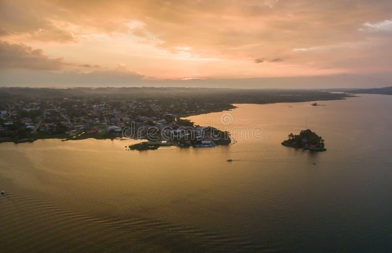 Santa Barbara Museum in Flores, Guatemala Luce di tramonto con il lago Peten Itza nel fondo fotografie stock