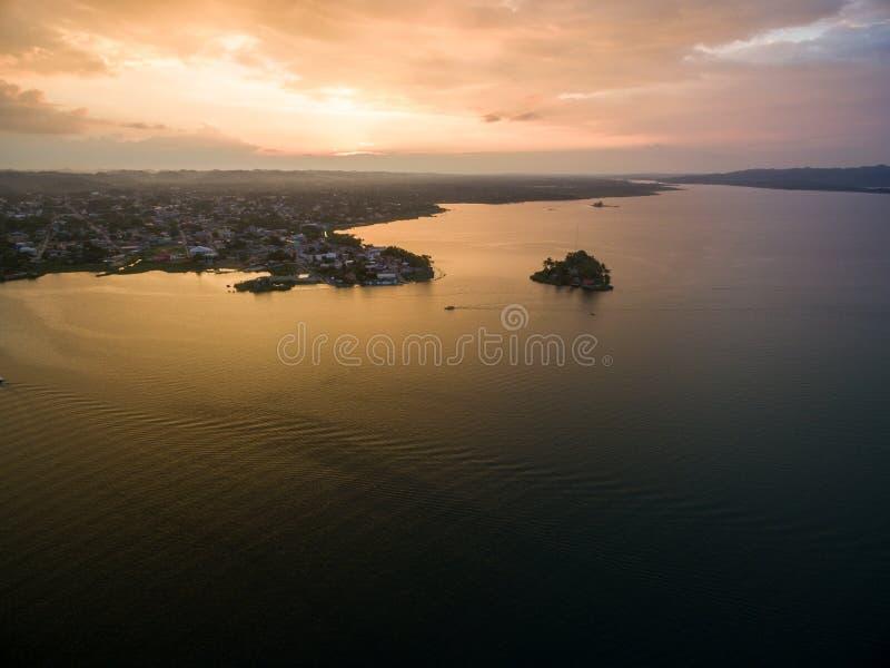 Santa Barbara Museum in Flores, Guatemala Luce di tramonto con il lago Peten Itza nel fondo fotografia stock