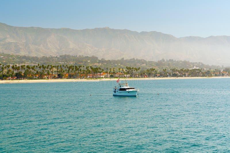Santa Barbara Seashore bij Ochtend Mooi Strand met Palmen, en Bergen op een Horizon stock afbeeldingen