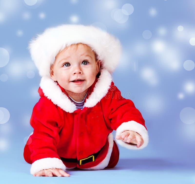 Santa behandla som ett barn över blue arkivbilder