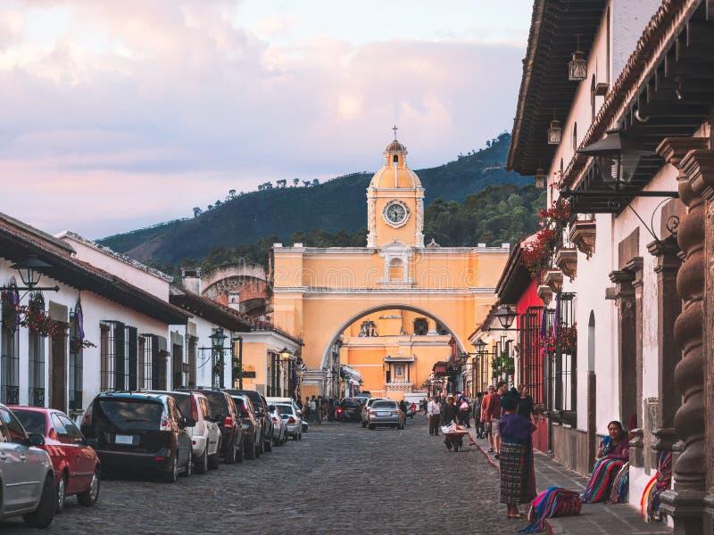 Santa Catalina łuk przy zmierzchem w Antigua, Gwatemala obraz stock