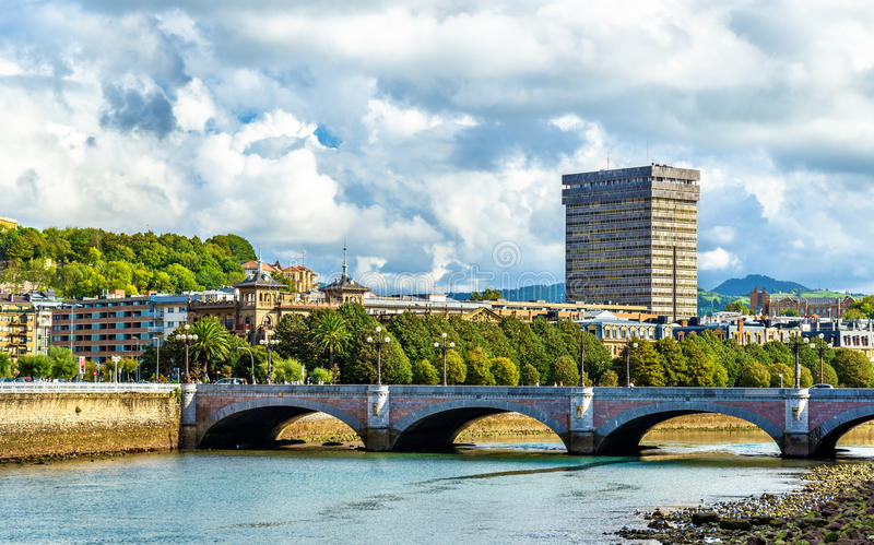 Santa Catalina Bridge över den Urumea floden i San Sebastian, Spanien royaltyfria foton