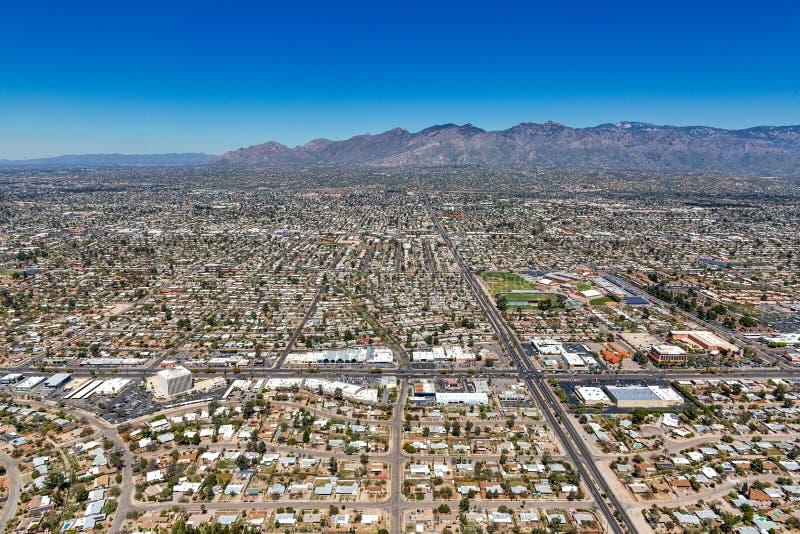 Santa Catalina Mountains verstrekt de achtergrond in deze luchtfoto van Tucson, Arizona stock foto's