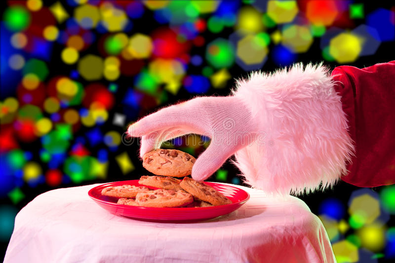 Santa che afferra un biscotto fotografia stock libera da diritti