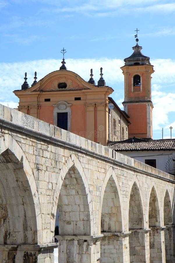 Santa Chiara Church och akvedukt, Sulmona, Italien royaltyfria foton