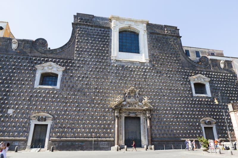 Santa Chiara kyrka från den Naples staden arkivbilder