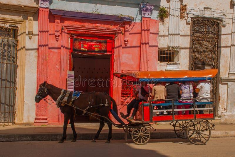 Santa Clara, Cuba : Chariot hippomobile Chariot de cheval pour transporter des personnes au Cuba images stock