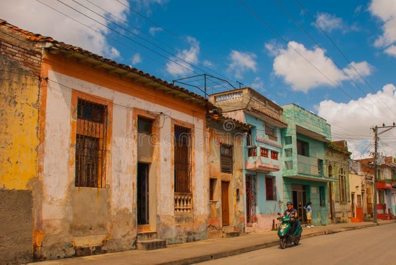 SANTA CLARA, CUBA : de rue le centre ville typique dedans de la capitale de la province cubaine photographie stock libre de droits