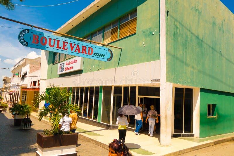 SANTA CLARA, CUBA - 8 DE SEPTIEMBRE DE 2015: Visión, en el centro de la ciudad en el capital de la provincia, chalet Clara fotos de archivo libres de regalías