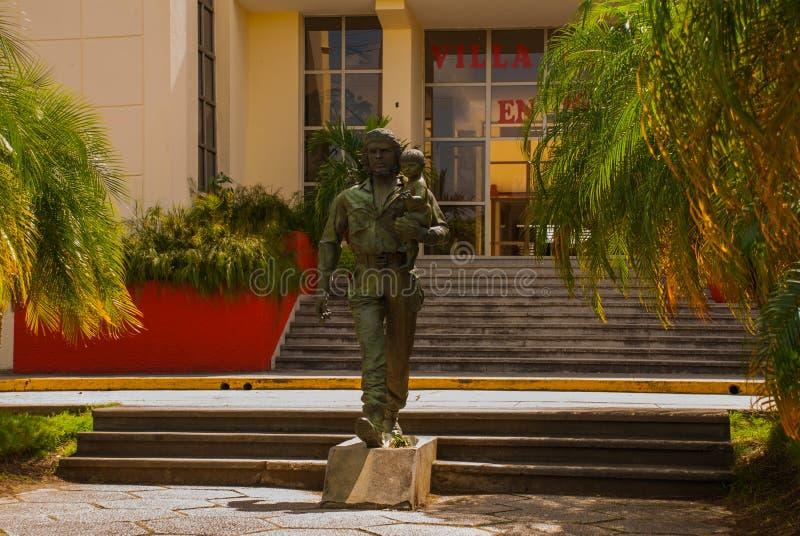 SANTA CLARA, CUBA, estátua de Che Guevara Holding uma criança: A estátua ou o monumento de Che Guevara fora do partido comunista  imagem de stock royalty free